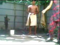 Bangladesh menina do menino n fodendo banho ao ar livre