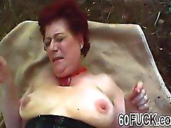 Redhead granny fodido duro em ação ao ar livre