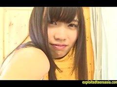Jav teenager Yoko Kondo prende in giro che toglie il suo uniforme e lampeggiante suo culo