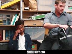 YoungPerps-giovane ladro ragazzo di colore in barebacked da guardia di sicurezza cornea