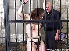 Feminino prisioneiro chicoteando e severas punições de escravidão de bdsm amador slav