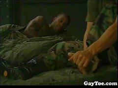 Black Hunk Army Dude Saugen Zehen und immer hart gefickt