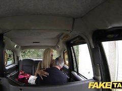 Fake Taxi -mallin blondi pienellä perseellä saa anaaliseksistä