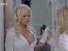 Pamela Anderson et Jenny McCarthy dans Scary Movie 3