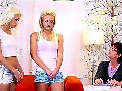 Älteres Lehrerin sich leicht drehen beiden blonden Teenager in die Lesbierinnen