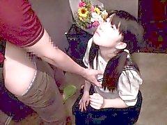 L'étudiante japonaise dans uniforme d'écolière tittyfucked dans le couloir
