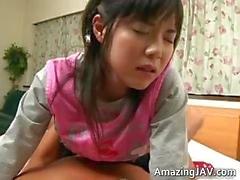 Pretty asyalı kız öğrenci ısınıyor