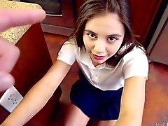 Spinner étudiant Lucy Doll prend sa fessée comme une bonne fille
