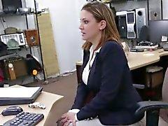 Chienne blonde à fait baiser hardcore le magasin