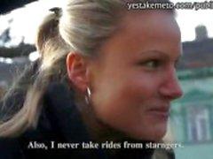 Menina inocente Checa recebe dinheiro estrangeiro para sexo em público