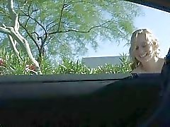 MaeLynn lieve kleine amateur blonde speelde kut in het openbaar en het lopen naakt buiten nat