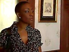Zwarte Volwassen vrouw neukt jongere meisje ... F70