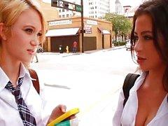 Petite blonde en Latina tieners trio