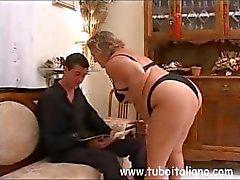 Adorável italiano maduras com a queda de um homem solto devora seu amante