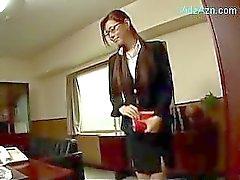 Sekreteraren dräkt ger avsugning Om sin chef Sperma för mun Nedsväljning på kontoret