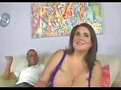 Femme de beauté avec d'énormes seins tape l'homme noir.
