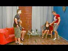 Pojkar strapon knullad av en tjej i minikjol