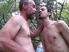 Manthroat Feeds pupbalto seinen Wurf Wasser