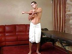 Yaşlı gay kaslı saplamaları bir horoz masaj verir