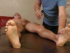 Allegro più anziano fornisce stallone muscolosi massaggio rubinetto