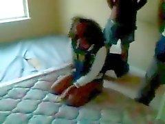 Niggas Thug jovens executam um trem em uma garota