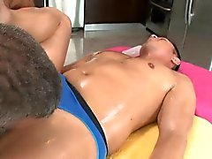 Gay hunk onun anal tünel vidalı almak için seviyor