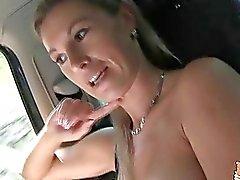 Большие tittied Алена сверкнула приятные большие груди в то время как он едет
