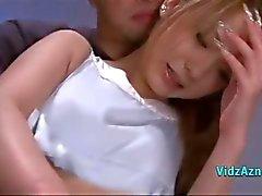 Aziatische meisje masturberen met Vibrator Fingered door Guy op het Bed