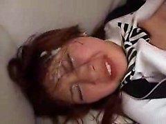 Slutty japanische Mädchen genießt eine grobe Bohrung und nimmt ein hu