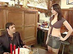 varm fransk servitris körd av kund