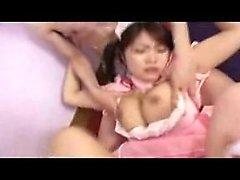 Bodacious japanische Hottie hat zwei geile Jungs, die sie verschlingen