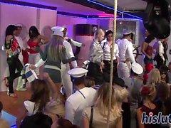 Marinheiros fodem filhotes no clube