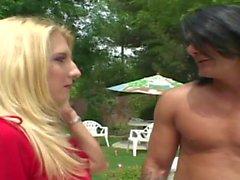 Curieuse blonde séduit le nettoyeur de piscine pour la baiser près de la piscine