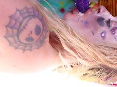 Buffone di Leya Falcone mette con il dildo purpureo grande