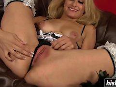 Бритая блондинка пользуется имеющих страстный межрасовый секс
