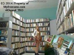 Lähes on juuttunut alasti kaupungissa kirjaston Puhdisti