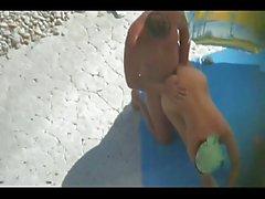 Gluren bij nudist paar op het strand