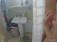 Busty dunkelhaarige Babe teilte eine Dusche