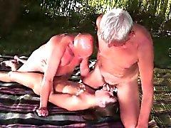 Dos ancianos teniendo sexo