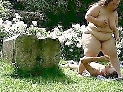 Seduta in faccia esterno con di 120kg BBW a Domme