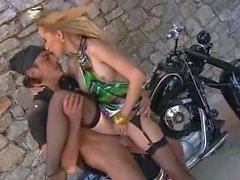 Bambola knullad på med motorcykel