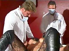 Raven Haired Franse Babe gaat in voor een check-up