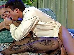 Stilig blondin i svarta strumpbyxor gör 69 på soffan