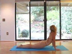 neredeyse çıplak mikro bikini giymiş benim yoga yapıyor.