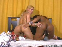 Blonde sur Black Boinking avec grosse queue noire Mirla Santos