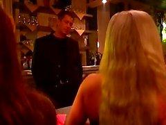 Horny guy contraint les deux de filles pour certaines scènes bdsm chauds dans un bar en