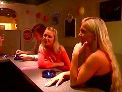 Ragazzo cornea forza due figlie alcune scene hot di BDSM in un bar di