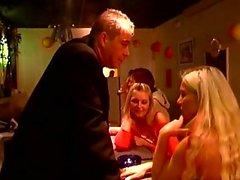 Notgeiler Kerl drückt beiden Mädels für einige heiße Kulissen bdsm in einer Bar
