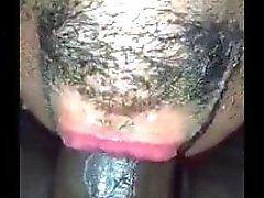 Heppu deepthroats huikea mustalla cock kuin ammattilainen