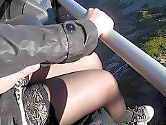 Tocando seus seios e pernas em meias em teleférico